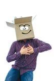 Homme avec la boîte de sourire au-dessus de sa tête Photographie stock libre de droits