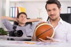 Homme avec la boule de basket-ball sur le premier plan. Images libres de droits