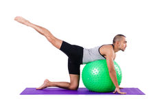 Homme avec la boule suisse faisant des exercices Photo stock