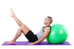 Homme avec la boule suisse faisant des exercices Photos libres de droits