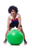 Homme avec la boule suisse faisant des exercices Photographie stock libre de droits