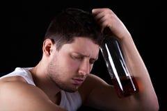 Homme avec la bouteille d'alcool Image stock