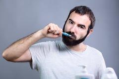 Homme avec la brosse à dents Images stock