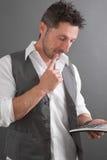 Homme avec la calculatrice image libre de droits