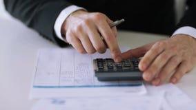 Homme avec la calculatrice remplissant forme clips vidéos