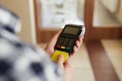 Homme avec la carte de crédit et le terminal de paiement images libres de droits