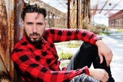 Homme avec la chemise rouge, yeux foncés Image stock