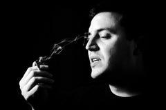 Homme avec la cigarette Photographie stock