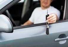 Homme avec la clé de voiture dehors photo stock