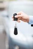 Homme avec la clé de voiture dehors Images stock