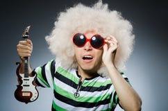 Homme avec la coupe de cheveux drôle Photos libres de droits