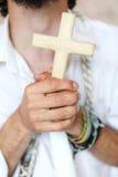 Homme avec la croix Images stock