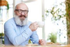 Homme avec la cuvette de thé Image libre de droits