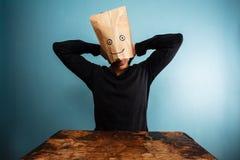 Homme avec la détente aérienne de sac au bureau Photo libre de droits
