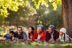 Homme avec la famille joyeuse prenant le selfie photographie stock