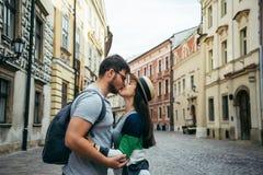 Homme avec la femme embrassant dehors Image libre de droits