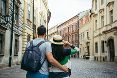 Homme avec la femme marchant dehors Image libre de droits
