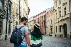 Homme avec la femme marchant dehors Photos stock