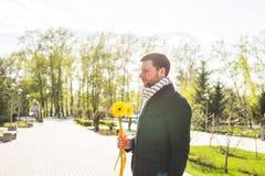 Homme avec la fleur attendant sa femme - le concept romantique de date ou de jour de valentines Photographie stock