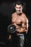 Homme avec la formation de poids dans le club de sport d'équipement de gymnase Photographie stock