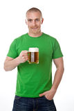 Homme avec la glace de bière Image stock