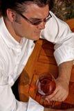 Homme avec la glace de vin Photos stock