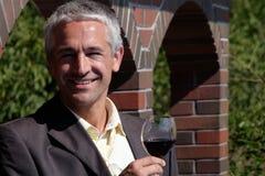 Homme avec la glace de vin rouge image libre de droits