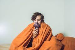 Homme avec la grippe ou les symptômes froids faisant l'inhalation avec le nébuliseur - Images libres de droits