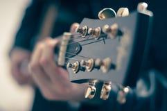 Homme avec la guitare électrique Photographie stock