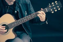 Homme avec la guitare électrique Images stock