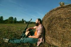 Homme avec la guitare et la bière sur la nature Images libres de droits