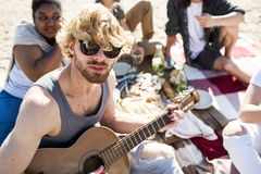 Homme avec la guitare sur la partie multiraciale Images libres de droits