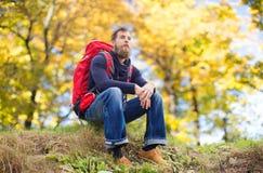 Homme avec la hausse de sac à dos Photographie stock