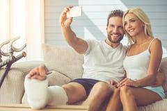 Homme avec la jambe cassée et son épouse Image libre de droits