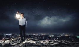 Homme avec la lanterne Photo stock