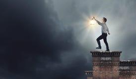 Homme avec la lanterne image libre de droits