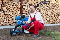 Homme avec la machine de cultivateur image stock