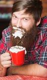 Homme avec la mousse sur la barbe Images libres de droits