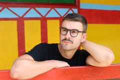 Homme avec la moustache et les lunettes images libres de droits
