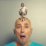 Homme avec la petite femme contrariée Photographie stock libre de droits