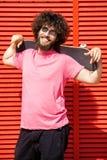 Homme avec la planche à roulettes photo stock