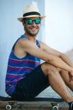 Homme avec la planche à roulettes en été photo stock
