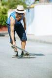Homme avec la planche à roulettes en été photographie stock