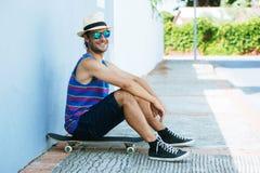 Homme avec la planche à roulettes en été images libres de droits