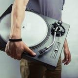 Homme avec la plaque tournante sur le fond gris Photo libre de droits