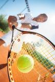 Homme avec la raquette de tennis Photos stock
