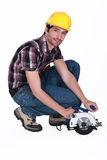 Homme avec la scie circulaire photo stock