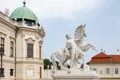 Homme avec la statue baroque de cheval au palais de belvédère, Vienne, Austr photographie stock libre de droits
