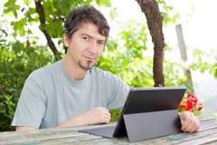 Homme avec la tablette Photo stock