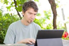 Homme avec la tablette Photos libres de droits